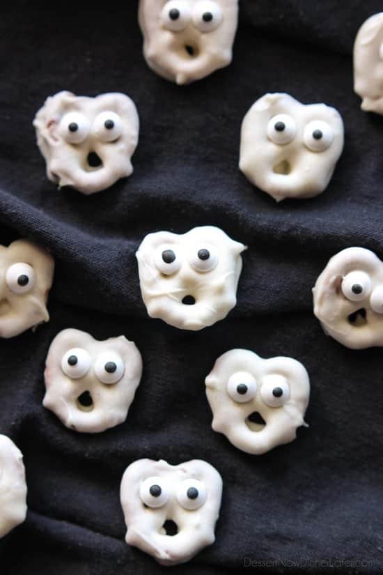 Bretzels fantômes - Bretzels trempés au chocolat blanc sont transformés en fantômes avec des yeux de bonbons et un peu d'imagination.