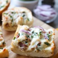 Chicken Alfredo Garlic Bread Pizza is a quick and easy dinner with loads of flavor! Pick up a loaf of French bread and make this tonight!